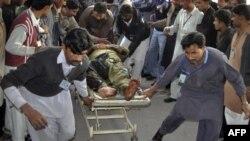 Người bị thương được đưa ra khỏi hiện trường vụ nổ bom ở Punjab, ngày 15/1/2012