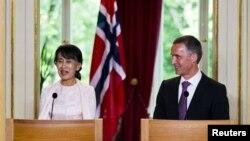 지난 6월 노르웨이를 방문한 버마 야당 지도자 아웅산 수치 여사(왼쪽)와 옌스 스톨텐베르그 노르웨이 총리. (자료사진)