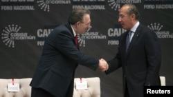 El presidente de México, Felipe Calderón (derecha), saluda al embajador de EE.UU. en ese país Anthony Wayne, durante la inauguración del foro nacional mexicano 'Sumemos Causas, Ciudadanos mas Policías'.
