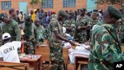 Des militaires burundais déployés dans un centre de vote