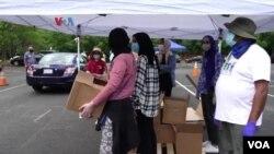 Bantuan persediaan pangan bagi keluarga yang membutuhkan oleh Masjid Adams Center di Virginia sebagai ilustrasi. Bantuan diberikan kepada siapa saja baik muslim maupun non-Muslim. (Foto: VOA)