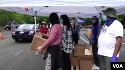 Bantuan persediaan pangan bagi keluarga yang membutuhkan oleh masjid Adams Center di Virginia. Bantuan diberikan kepada siapa saja baik muslim maupun non-Muslim. (Foto: VOA)