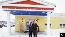 Η συνεργάτιδα μας, Αθηνά Κρικέλη, με τον Χαράλαμπο Νικολαΐδη έξω από το εστιατόριο του
