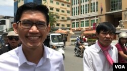 Yeang Sothearin (left) and Uon Chhin, former reporters for Radio Free Asia, walk out from the Phnom Penh Municipal Court, Phnom Penh, August 9, 2019. (Kann Vicheika/VOA Khmer)