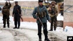 Сотрудники правоохранительных органов на месте взрыва террористов-смертников у здания Верхового суда. Кабул, Афганистан. 7 февраля 2017 г.