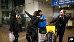 미국의 2인조 래퍼 가수 팩맨(왼쪽)과 페소가 지난 11월 5일간의 평양 일정을 마치고 베이징 공항에 도착해 춤을 추고 있다. 두 사람은 북한에서 뮤직비디오를 제작해 유투브 사이트에 공개했다.