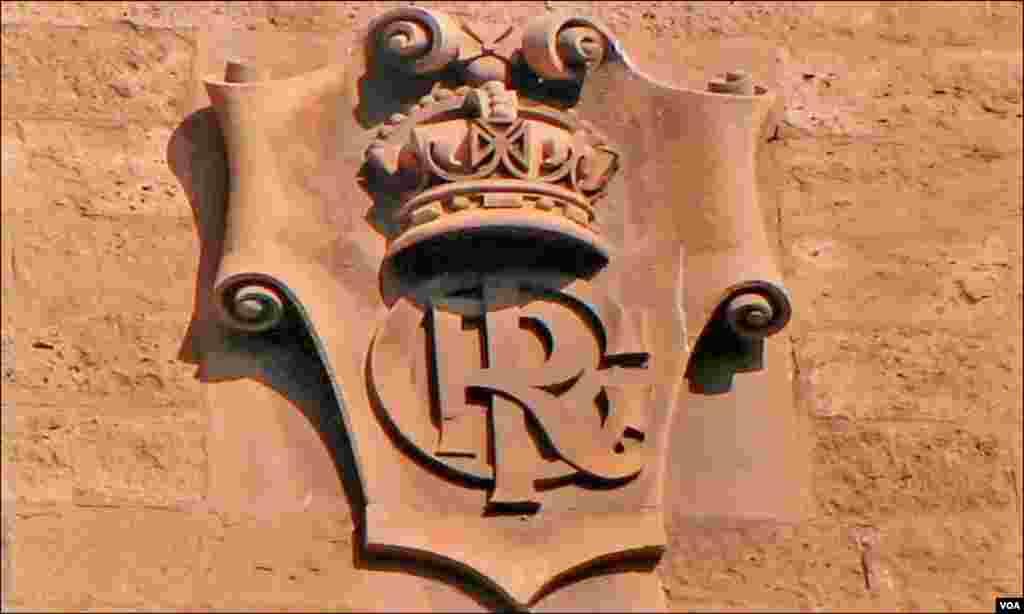 کراچی پر برطانوی حکومت کی یاد دلاتا تاج برطانیہ جو ایک عمارت پر سالوں سے نصب ہے