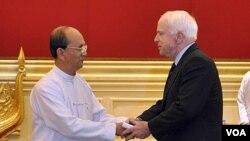 Presiden Burma Thein Sein menyambut kunjungan Senator AS John McCain di istana Presiden di Naypyitaw (22/1).