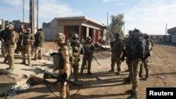 Les forces irakiennes sur les lieux de l'attentat dans l'est de Mossoul, en Irak, le 22 décembre 2016.