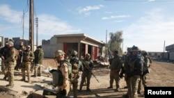 Les forces irakiennes sont sur les lieux de l'attentat à l'est de Mossoul, en Irak, le 22 décembre 2016.