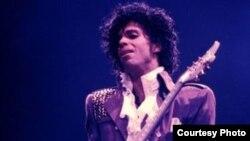 Le chanteur américain Prince sur scène pendant son Purple Rain tour en 1984.