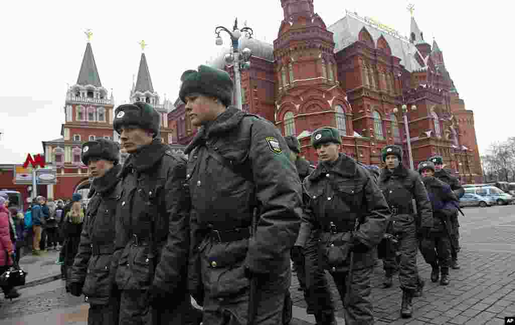 Russian police troops patrol near closed Red Square in Moscow, Russia, December 11, 2011. (AP)
