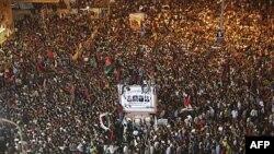 Bing'ozida minglab odamlar Muammar Qaddafiy hukumati qulaganini tantana qilmoqda