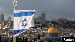 Tư liệu - Cờ Israel được nhìn thấy bên trên Mái vòm Đá trong Cổ Thành ở Jerusalem, ngày 6 tháng 12, 2017.