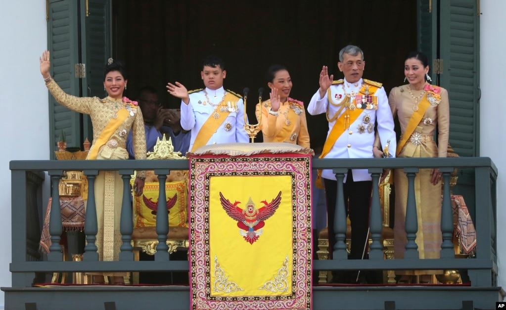 Королевская семья Таиланда слева: Принцесса Сириваннавари Нариратана, дочь, принц Дипангкорн Расмиджоти, сын, Принцесса Байракитиябха, дочь, король Маха Ваджиралонгкорн и Королева Сутида машут на аудиенцию с балкона зала Прасада Суддхайсаварьи в Большом дворце во время церемонии коронации в Бангкоке.