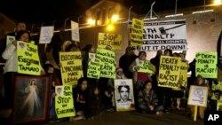 墨西哥籍死刑犯塔马约被处决前,抗议者在监狱外面守夜。