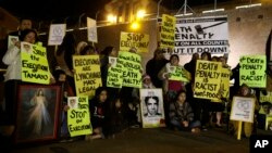 Aksi protes di luar tembok penjara sesaat sebelum dikeluarkannya keputusan eksekusi atas Edgar Tamayo, warga Meksiko, Rabu (22/1). Edar Tamayo dihukum mati dengan cara disuntik di Huntsville, Texas.