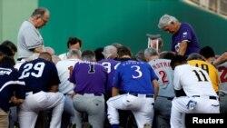 2017年6月15日国会年度棒球赛开始前,民主、共和两党议员为一天前枪击案中受重伤的共和党籍众议员斯卡利斯祈祷
