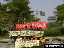 一些在北京的访民拉横幅悼念胡耀邦(来源:博讯)