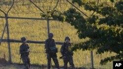Tentara Korea Selatan berpatroli di dekat zona demilitarisasi di Paju, Korea Selatan (1/10). (AP/Ahn Young-joon)