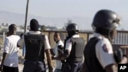 Manm Polis Nasyonal la d Ayiti (PNH)pandan yon manifestasyon (Foto Achiv).