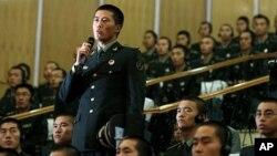 Xitoylik askar Panettaga savol bermoqda, Pekindagi harbiy akademiya, 19-sentabr, 2012-yil.
