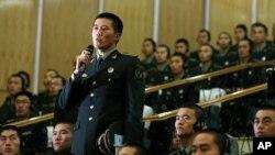 Các binh sĩ Trung Quốc tại một học viện quân sự ở Bắc Kinh đặt câu hỏi với Bộ trưởng Quốc phòng Mỹ Leon Panetta