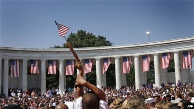 Ðám đông tựu họp tại Nghĩa Trang Arlington chờ Tổng thống Obama đến dự lễ tưởng niệm Ngày Chiến Sĩ Trận Vong