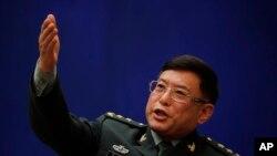Wakil Pimpinan Akademi Ilmu Pengetahuan Militer China, Letnan Jenderal He Lei memberi isyarat saat dia berbicara dalam sebuah konferensi pers di sela-sela Kongres Rakyat Nasional di Kantor Informasi Dewan Negara, Beijing, 8 Maret 2018.