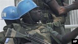 ກຳລັງສະຫະປະຊາຊາດ ພວມລາດຕະເວນ ໃນນະຄອນ Abidjan ຫຼັງຈາກຜູ້ນຳ ຂອງສະຫະປະຊາຊາດ ເຕືອນວ່າ Ivory Coast ປະເຊີນກັບການສ່ຽງທີ່ຈະກັບຄືນ ໄປສູ່ສົງຄາມກາງເມືອງອີກ (22 ທັນວາ 2010)