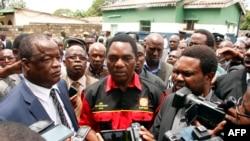 Pemimpin oposisi utama Zambia, Partai Persatuan untuk Pembangunan Nasional (UPND) Hakainde Hichilema (tengah) memberi keterangan kepada wartawan di kantor polisi Woodlands di Lusaka, 2 Maret 2016 (Foto: dok).