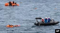지난 7일 동해 대화퇴 어장에서 일본 수산청 단속선과 충돌한 후 침몰한 북한 어선 선원들을 일본 단속요원들이 구조하는 사진을 일본 수산청이 공개했다.