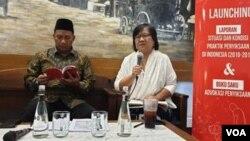 Direktur Keamanan Lapas Rutan se-Indonesia Lilik Sujandi dan Komisioner Komnas HAM Sandrayati Moniaga. (Foto: VOA/Sasmito)