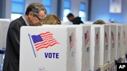 Le sénateur Sherrod Brown, D-Ohio, vote en avance au Conseil du comté de Cuyahoga des élections à Cleveland, 25 octobre 2016.