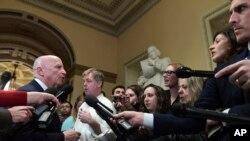 Legisladores republicanos hablan con la prensa en el Capitolio sobre el progreso en la ley de reforma de impuestos que será votada por ambas Cámaras del Congreso de EE.UU. la próxima semana.