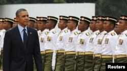 El presidente Barack Obama es saludado por una guardia de honor a su llegada a Kuala Lumpur, capital de Malasia.