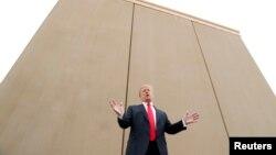 Donald Trump autour d'un prototype du mur qu'il veut ériger à la frontière mexicaine le 13 mars 2018 à San Diego, en Californie.