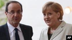 Kanselir Angela Merkel menyambut kedatangan Presiden Baru Perancis, Francois Hollande yang baru dilantik di Berlin (15/5).