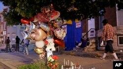 جولائی 2015 میں بالٹی مور شہر میں اس مقام پر پھول رکھے ہوئے ہیں جہاں ایک شخص کو گولی مار دی گئی ۔ (فائل فوٹو)