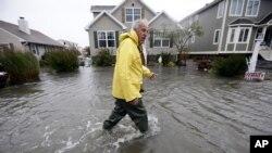 En la isla Fenwick, Delaware un hombre trata de ayudar a sus vecinos en medio de las primeras inundaciones a causa del huracán Sandy, el lunes.