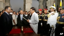 Sri Lanka's new president Maithripala Sirisena takes the oath of office in Colombo, Jan. 9, 2015.