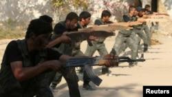 عکس آرشیوی از برخی از شورشیان مخالف بشار اسد رئیس جمهوری سوریه در حال آموزش نظامی - تابستان ۱۳۹۳