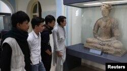 نیشنل میوزیم کابل میں نمائش کے لیے رکھے گئے مجسمے میں شہری دلچسپی کا اظہار کر رہے ہیں۔