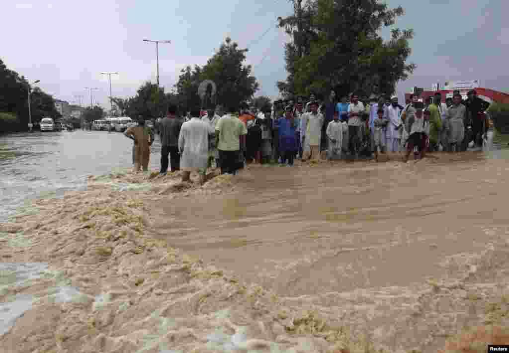 4일 파키스탄 카라치에서 불어난 물로 고립된 주민들이 구조를 기다리고 있다.