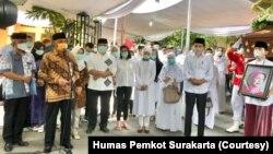 Suasana prosesi pemberangkatan jenazah ibunda Presiden Jokowi, Sudjiatmi Notomihardjo, dari rumah duka di Banjarsari Solo, menuju lokasi pemakaman keluarga di Karanganyar, Kamis, 26 Maret 2020: (Foto:Humas Pemkot Surakarta)
