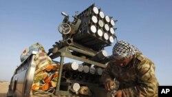 一名利比亚反叛战斗人员在擦拭导弹