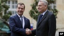 Дмитрий Медведев и Жан-Марк Эро. Париж. 27 ноября 2012 г.
