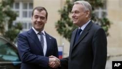 რუსეთის პრემიერ მინისტრი, დმიტრი მედვედევი და საფრანგეთის პრემიერ მინისტრი, ჟან მარკ არო. 27 ნოემბერი, 2012 წ. პარიზი