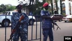 Increased security on George Street near police headquarters, Freetown, Sierra Leone, Oct. 3, 2013. (N. deVries/VOA)