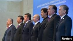 2019年6月14日中國領導人習近平(右六)在吉爾吉斯斯坦首都比什凱克與出席上海經合組織峰會的其他國家領導人合影。